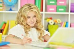 Ragazza dello studente con il libro ed il computer portatile Fotografia Stock