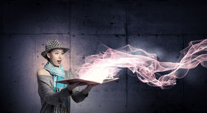 Ragazza dello studente con il libro in mani Fotografia Stock