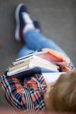 Ragazza dello studente con un mucchio dei manuali e dei taccuini Fotografia Stock