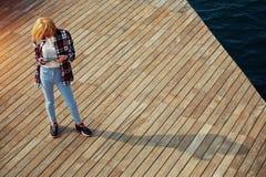 Ragazza dello studente del ute del ¡ di Ð che tiene compressa digitale Fotografie Stock