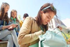 Ragazza dello studente della High School con lo zaino all'aperto Fotografia Stock