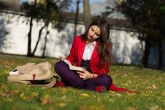 Ragazza dello studente fuori del libro di lettura Istituto universitario o universi caucasico Immagini Stock