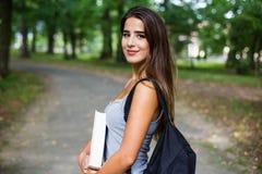 Ragazza dello studente fuori nel parco di estate Immagine Stock