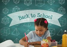 Ragazza dello studente a scrittura della tavola contro la lavagna blu con di nuovo al testo di scuola e istruzione e sch fotografie stock libere da diritti