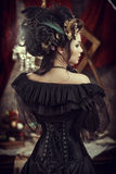 Ragazza dentro con i fiori in suoi capelli immagini stock