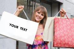 Ragazza di acquisto con il sacchetto in bianco Fotografia Stock Libera da Diritti