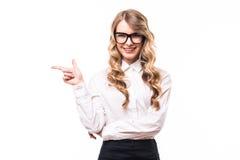 Ragazza di affari con gli occhiali con il segno di okey su backgroung bianco Fotografia Stock Libera da Diritti