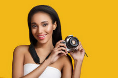 Ragazza di afro-amarical con la macchina fotografica della foto Immagine Stock