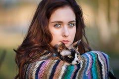 Ragazza di amicizia con un gatto Fotografie Stock Libere da Diritti