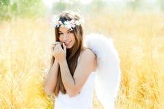 Ragazza di angelo nel campo dorato con le ali bianche Fotografia Stock Libera da Diritti