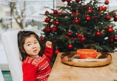 Ragazza di 3 anni adorabile del bambino che gode del tempo di Natale fotografie stock