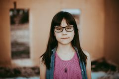 Ragazza di 10 anni con i vetri Fotografia Stock
