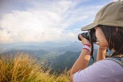 Ragazza di anni dell'adolescenza della viandante che prende foto Fotografia Stock Libera da Diritti
