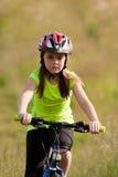 Ragazza di anni dell'adolescenza sulla bici Fotografie Stock