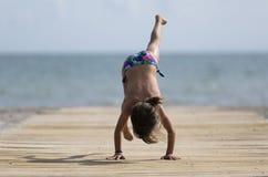 Ragazza di 10 anni divertendosi su una spiaggia Immagine Stock Libera da Diritti