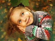 ragazza di autunno poca sosta Fotografie Stock Libere da Diritti