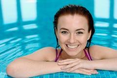 Ragazza di Bautiful in una piscina fotografie stock libere da diritti