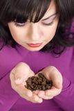Ragazza di Beautifull con i fagioli di koffee nella mano Immagini Stock Libere da Diritti