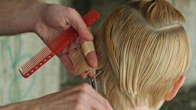 Ragazza di Beautyful che ottiene taglio di capelli Concettuale fotografia stock libera da diritti