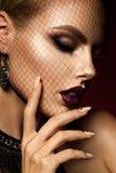 Ragazza di Beautyful con scintillio rosa sulle sue labbra Fotografie Stock Libere da Diritti