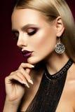 Ragazza di Beautyful con scintillio rosa sulle sue labbra Fotografie Stock