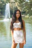 Ragazza di bellezza in breve vestito sul fondo della natura Fotografie Stock Libere da Diritti