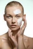 Ragazza di bellezza che prende cura della sua pelle immagini stock libere da diritti
