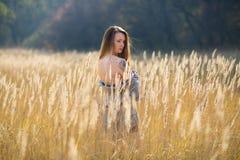 Ragazza di bellezza con capelli di salto rossi lunghi all'aperto Fotografia Stock