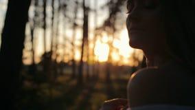 Ragazza di bellezza con capelli lunghi sani all'aperto Bella giovane donna divertendosi al tramonto stock footage