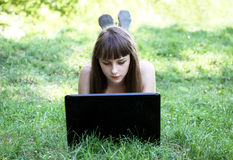 Ragazza di bellezza con il computer portatile Fotografie Stock