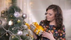 Ragazza di bellezza con il contenitore di regalo di natale Ottenere felice della giovane donna sveglia presente archivi video