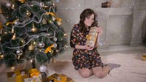 Ragazza di bellezza con il contenitore di regalo di natale Ottenere felice della giovane donna sveglia presente video d archivio