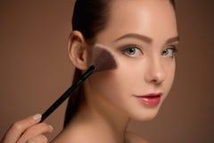 Ragazza di bellezza con la spazzola di trucco Pelle perfetta Applicazione del trucco Fotografia Stock