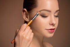 Ragazza di bellezza con la spazzola di trucco Pelle perfetta Applicazione del trucco Fotografie Stock