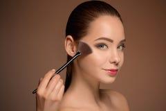 Ragazza di bellezza con la spazzola di trucco Pelle perfetta Applicazione del trucco Immagine Stock