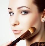 Ragazza di bellezza con le spazzole di trucco Naturale compensi la donna castana con gli occhi del bleu Bello fronte makeover Pel Fotografie Stock