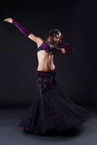 Ragazza di bellezza in costume arabo viola orientale Fotografia Stock