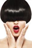 Ragazza di bellezza dell'acconciatura della frangia con i capelli di scarsità Immagine Stock Libera da Diritti