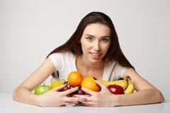 Ragazza di bellezza della donna con i frutti Fotografia Stock Libera da Diritti