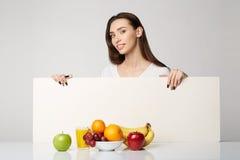 Ragazza di bellezza della donna con i frutti Immagine Stock