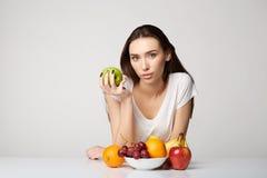 Ragazza di bellezza della donna con i frutti Immagine Stock Libera da Diritti