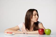 Ragazza di bellezza della donna con i frutti e mela della ciambella sul fondo di bianco grigio Fotografia Stock