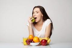 Ragazza di bellezza della donna con il canestro di frutti sul fondo di bianco grigio Immagine Stock Libera da Diritti