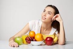 Ragazza di bellezza della donna con il canestro di frutti sul fondo di bianco grigio Immagine Stock