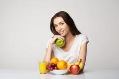 Ragazza di bellezza della donna con il canestro di frutti sul fondo di bianco grigio Immagini Stock