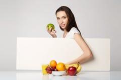 Ragazza di bellezza della donna con il canestro di frutti sul fondo di bianco grigio Fotografie Stock
