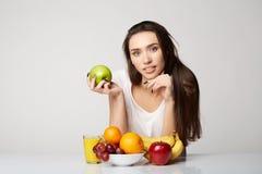 Ragazza di bellezza della donna con il canestro di frutti sul fondo di bianco grigio Fotografie Stock Libere da Diritti