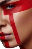Ragazza di bellezza di modo con le bande rosse futuristiche Immagini Stock