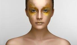 Ragazza di bellezza di trucco dell'oro Fotografia Stock Libera da Diritti