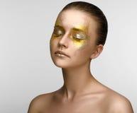 Ragazza di bellezza di trucco dell'oro Immagine Stock